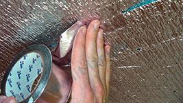 Стыки листов отражающей изоляции должны быть проклеены алюминиевым скотчем. Повреждения тоже.